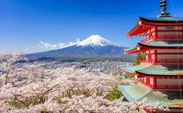 Mt Fuji med den Chureito pagoden, Fujiyoshida, Japan arkivfoton