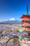 Mt Fuji med den Chureito pagoden, Fujiyoshida, Japan Royaltyfri Foto