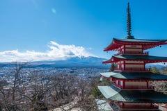 Mt Fuji med den Chureito pagoden i vinter, Japan Arkivbild