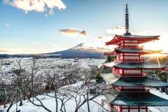 Mt Fuji med den Chureito pagoden på soluppgång i höst, Fujiyoshida, Royaltyfria Foton