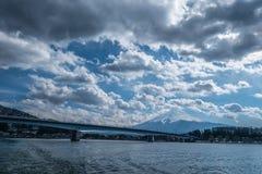 Mt Fuji med den Kawaguchiko bron i molnig dag Fotografering för Bildbyråer