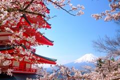 Mt Fuji med den röda pagoden i våren, Fujiyoshida, Japan arkivfoto