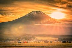 Mt Fuji med Fumotopara campingplats på soluppgång i Fujinomiya, Japan royaltyfri foto