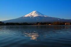 MT Fuji met blauwe hemel van van het Meerkawaguchi Japan van 'Ubuyagasaki 'de natuurlijke verlichting umber kleurt royalty-vrije stock fotografie
