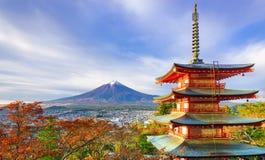 MT Fuji met Chureito-Pagode bij zonsopgang, Fujiyoshida, Japan stock foto's