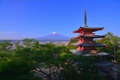 Mt Fuji niebieskie niebo od Arakurayama Sengen parka w Fujiyoshida mieście Japonia zdjęcie stock