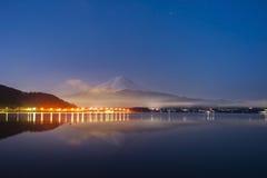 Mt Fuji no amanhecer com reflexão no kawaguc do lago foto de stock royalty free