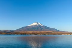 Mt Fuji no lago Yamanaka com céu azul Fotografia de Stock Royalty Free