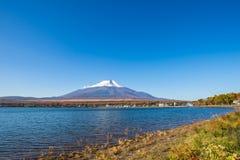 Mt Fuji no lago Yamanaka com céu azul Imagem de Stock