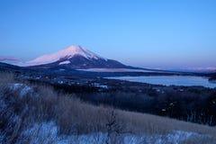 Mt Fuji och sjö Yamanaka på soluppgång royaltyfri bild