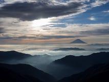 MT Fuji over de mist na zonsopgang Stock Foto's