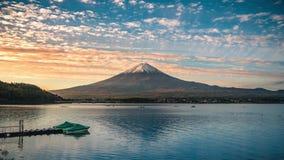 MT Fuji over Meer Kawaguchiko bij zonsopgang in Fujikawaguchiko stock video