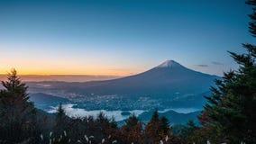 MT Fuji over Meer Kawaguchiko met de herfst binnen gebladerte bij zonsopgang stock videobeelden