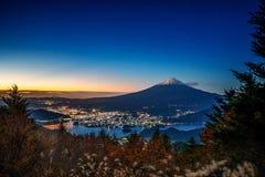 MT Fuji over Meer Kawaguchiko met de herfst binnen gebladerte bij zonsopgang stock foto