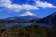 Mt. Fuji over Meer Motosu Stock Foto's