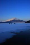 Mt. Fuji over vorst op Meer Yamanaka Stock Foto
