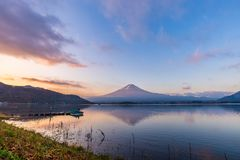 Mt Fuji reflete com água no lago Kawaguchi, Japão Fotos de Stock Royalty Free