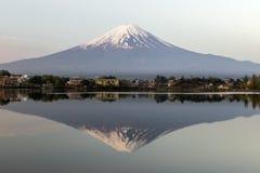 Mt Fuji reflexion i Japan Arkivfoton