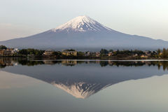 Mt Fuji-Reflexion in Japan Stockfotos