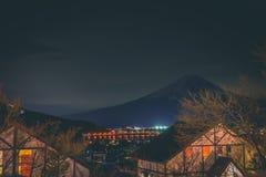 Mt Fuji am See Kawaguchi am Nachthäuschen-Kabinenhaus lizenzfreies stockbild