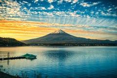 Mt Fuji sobre o lago Kawaguchiko no nascer do sol em Fujikawaguchiko, Japão imagem de stock