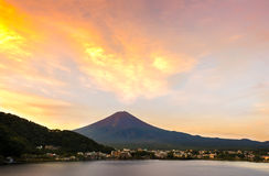 Mt Fuji-Sonnenuntergang im Herbst am See Kawaguchiko, Yamanashi, Japan lizenzfreies stockfoto