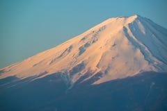Mt Fuji steigt über See Kawaguchi Stockbilder
