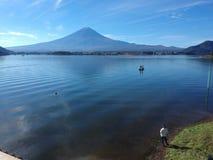 Mt Fuji und See Kawagujiko in der sonnigen Herbsttagjahreszeit stockfotos
