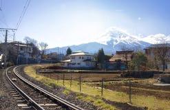 MT Fuji van Fujiyoshida-Stad dichtbij kawaguchikomeer stock afbeeldingen