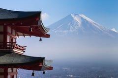 Mt Fuji viu do pagode vermelho de trás de Chureito fotografia de stock royalty free