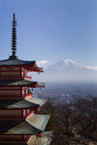 Mt Fuji viu do pagode vermelho de trás de Chureito foto de stock
