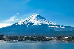 Mt Fuji w wczesnym poranku z odbiciem na jeziornym kawaguc zdjęcie stock
