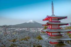 Mt FUJI y pagoda de Chureito con la flor de cerezo imagen de archivo