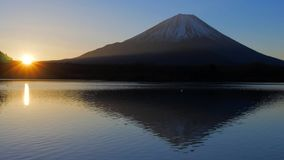 Mt Fuji y salida del sol del lago Shoji Japan metrajes