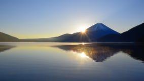 Mt Fuji y salida del sol del panorama amplio de Motosu Japón del lago metrajes