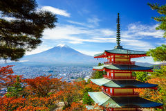 Mt Fuji z Chureito pagodą, Fujiyoshida, Japonia obraz royalty free