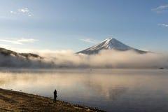 Mt Fuji z mglistym w ranku przy Jeziornym Kawakuchi Zdjęcia Stock