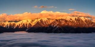 Mt Gongga на заходе солнца Стоковое Изображение RF