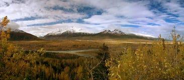 Mt. Hayes avec le fleuve de delta en Alaska Photographie stock libre de droits