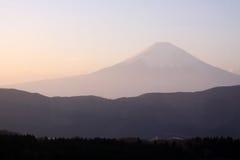 Mt. hermoso Fuji en Japón durante puesta del sol Imagenes de archivo