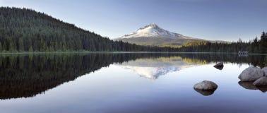 Mt Hood Reflection en panorama del lago Trillium Imágenes de archivo libres de regalías