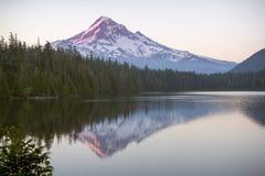 Mt Hood Sunrise von verlorenem See Lizenzfreies Stockfoto