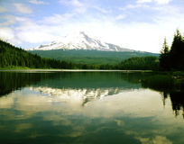 Mt. Hood and Trillium Lake. With boats  with tourist and fisherman, Oregon Royalty Free Stock Photos
