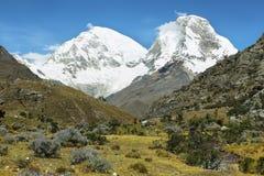 Mt Huascaran och Mt Chopicalqui från Laguna 69 skuggar, Peru Royaltyfri Bild