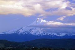 Mt Huv som täckas i snö som beskådas från Portland, ELLER Arkivbilder