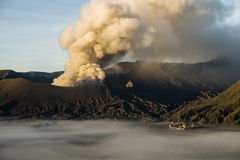 Mt Il vulcano di Bromo scoppia in Java, Indonesia Immagine Stock