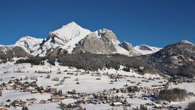 Mt innevato Saentis e villaggio Wildhaus immagini stock libere da diritti