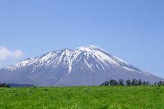 Mt.Iwate和蓝天 库存照片