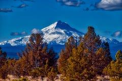 Mt Jefferson, wie von gekrümmter Fluss-Ranch in Oregon angesehen lizenzfreies stockfoto
