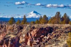 Mt Jefferson, wie von gekrümmter Fluss-Ranch in Oregon angesehen stockfoto
